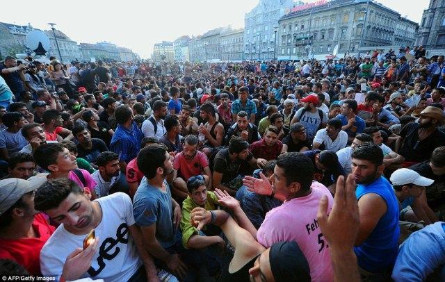 muslims-in-budapest-reailway-station